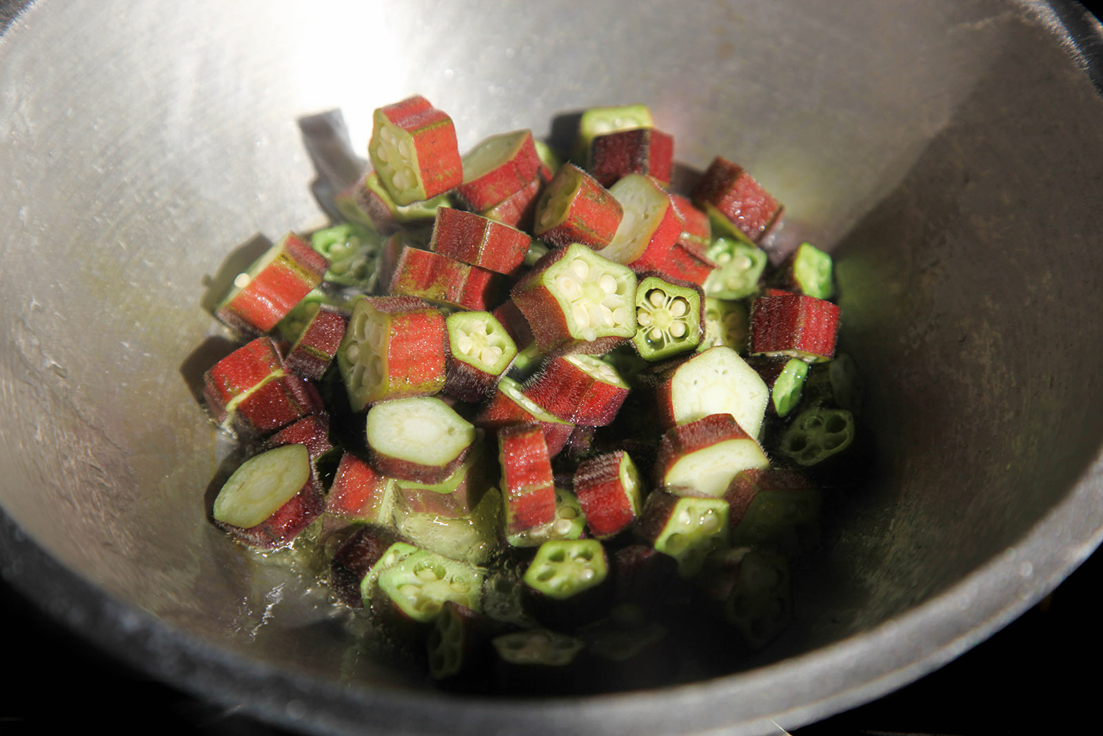 Frying okra in the wok